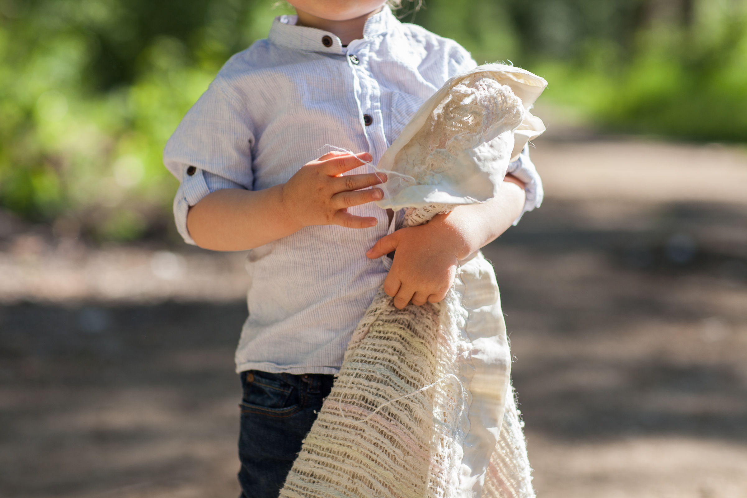 little boy brings his favourite blankie to family photos